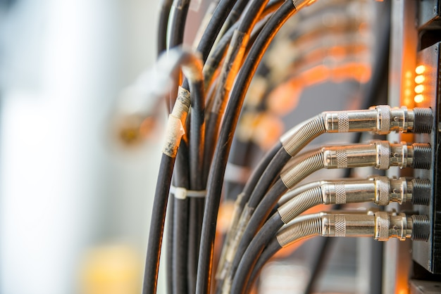 Cabos de rede conectados a um switch e painel de remendo, fundo de conceito de internet, símbolo de comunicações globais Foto Premium