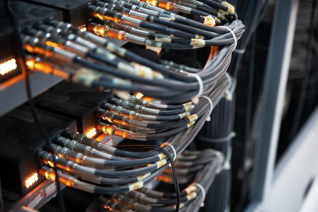 Cabos de rede conectados em comutadores de rede Foto Premium