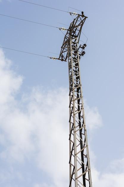 Cabos do pilão e da linha da torre de poder de alta tensão. Foto Premium