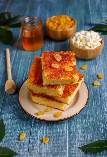 Caçarola de queijo cottage com passas e sêmola Foto gratuita