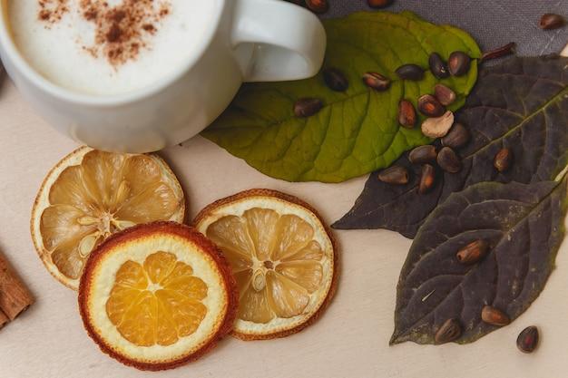 Cacau ou latte ou chocolate quente com canela. em um fundo de madeira brilhante. Foto Premium