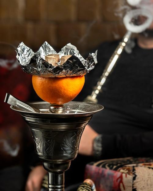 Cachimbo de água de toranja com muita fumaça Foto gratuita