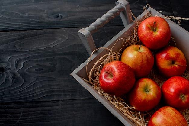 Cacho de maçãs vermelhas de aspecto saboroso Foto gratuita