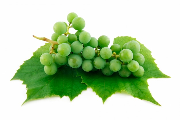 Cacho de uvas verdes maduras com folhas isoladas no fundo branco Foto Premium