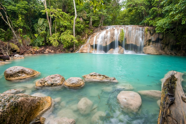 Cachoeira bonita no parque nacional da cachoeira de erawan em kanchanaburi, tailândia Foto Premium
