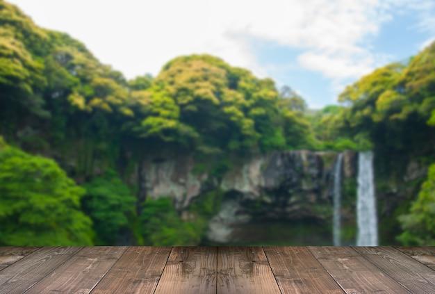 Cachoeira borrada de cheonjiyeon é uma cachoeira na ilha de jeju, coréia do sul com ponte de madeira. Foto gratuita