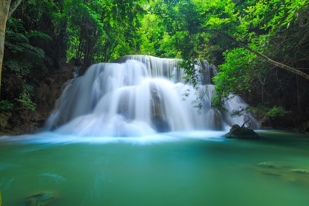 Cachoeira de huay mae kamin no parque nacional de khuean srinagarindra. a bela e famosa cachoeira na floresta profunda, província de kanchanaburi, tailândia Foto Premium