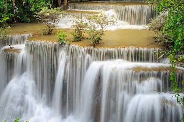Cachoeira de huay mae kamin no parque nacional de khuean srinagarindra. Foto Premium