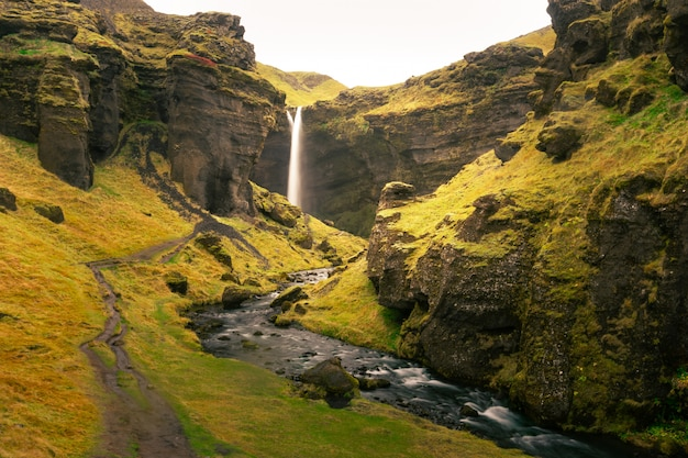Cachoeira de kvernufoss no sul da islândia. Foto Premium