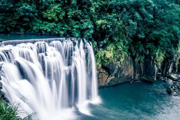 Cachoeira de shifen famosa cachoeira de taiwan Foto Premium