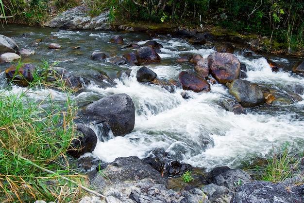 Cachoeira de wang kwaai (khway) peuak em omkoi, chiang mai, tailândia. Foto Premium