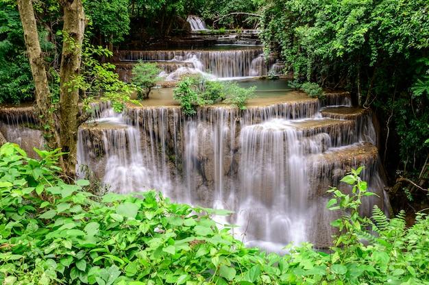 Cachoeira do kamin dos mae de huay no parque nacional de erawan, província de kanchanaburi, tailândia. Foto Premium