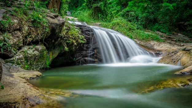 Cachoeira do riacho do penhasco Foto Premium