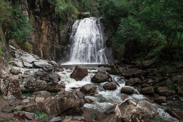 Cachoeira korbu no lago teletskoye Foto Premium