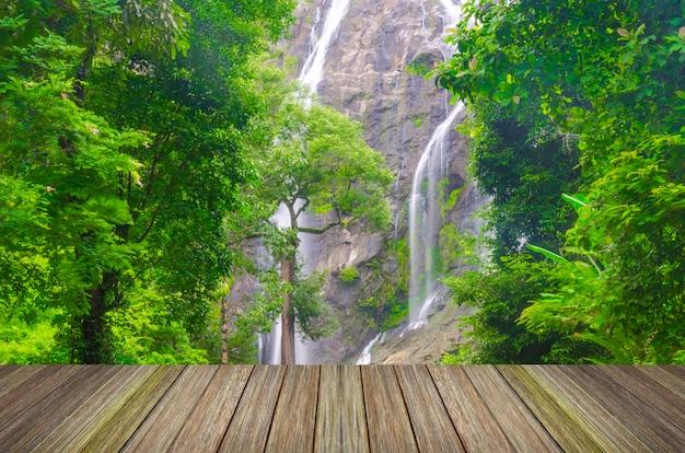 Cachoeira na floresta profunda da ásia e cais de madeira Foto Premium