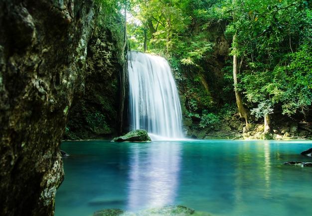 Cachoeira na floresta profunda, tailândia Foto Premium