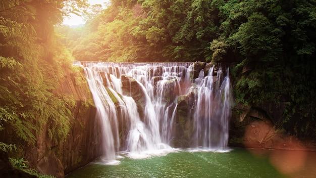 Cachoeira shifen, também conhecida como niágara de taiwan Foto Premium