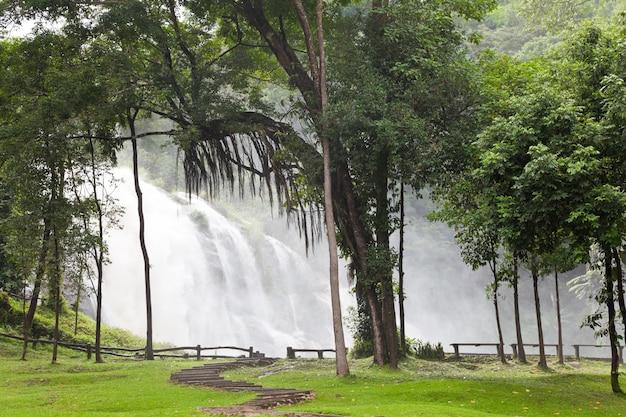 Cachoeiras de wachirathan em doi inthanon, chiang mai, tailândia. Foto Premium