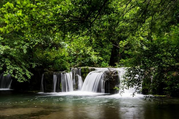 Cachoeiras do monte gelato no valle del treja perto de mazzano romano, lazio, itália Foto Premium