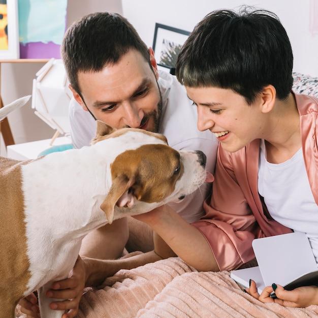 Cachorro com donos durante a manhã Foto gratuita