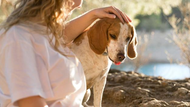 Cachorro e seu dono na natureza Foto gratuita
