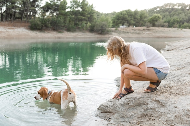 Cachorro fofo brincando na água Foto gratuita