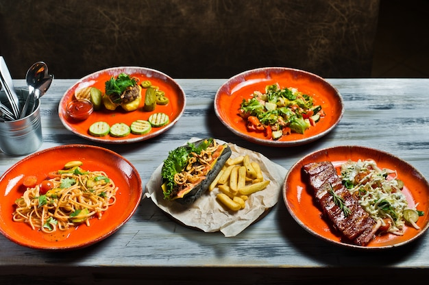Cachorro-quente, churrasco de costelinha de porco, bife, pasta carbonara e salada de caranguejo. Foto Premium