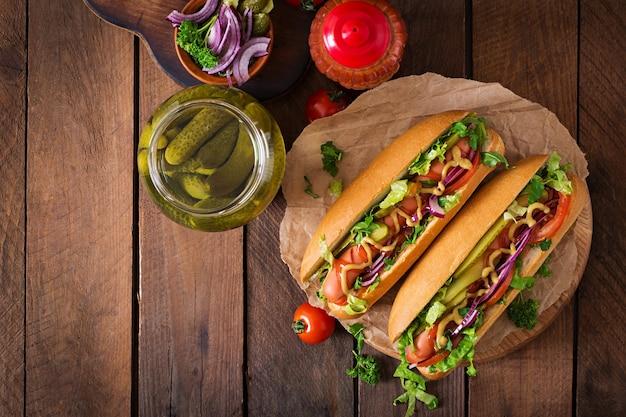 Cachorro-quente com picles, tomate e alface Foto Premium