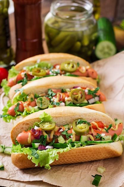 Cachorro-quente com pimentão jalapeno, tomate, pepino e alface Foto Premium