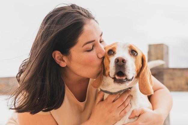 Cachorro se beijando Foto gratuita