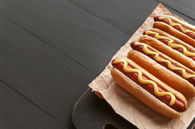 Cachorros-quentes grelhados com mostarda americana Foto Premium