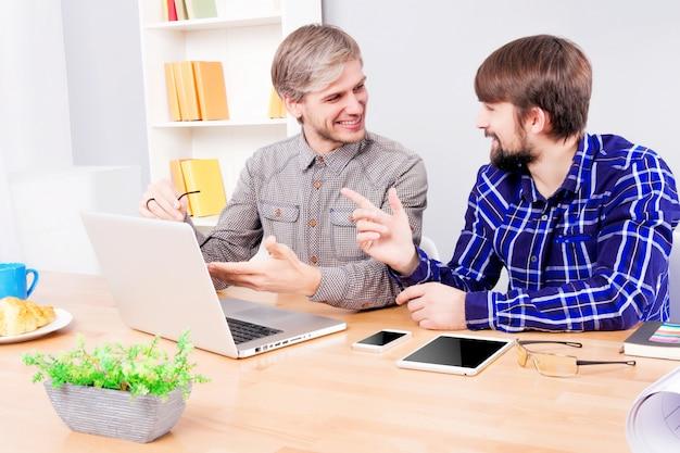 Cad ou engenheiros de software no trabalho Foto Premium