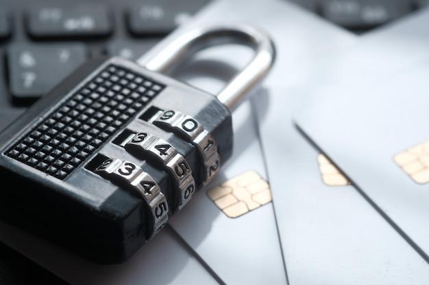 Cadeado e cartões de crédito no laptop. conceito de segurança de informações de privacidade de dados na internet Foto Premium