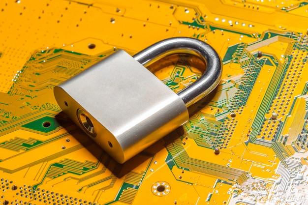 Cadeado em uma placa de circuito de computador Foto Premium