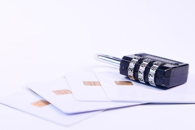 Cadeado no cartão de crédito, conceito de segurança de informações de privacidade de dados da internet Foto Premium