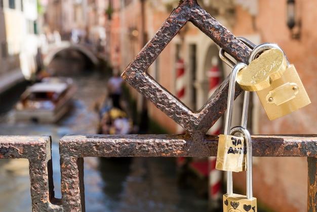 Cadeados de amor anexados a ponte em veneza Foto Premium