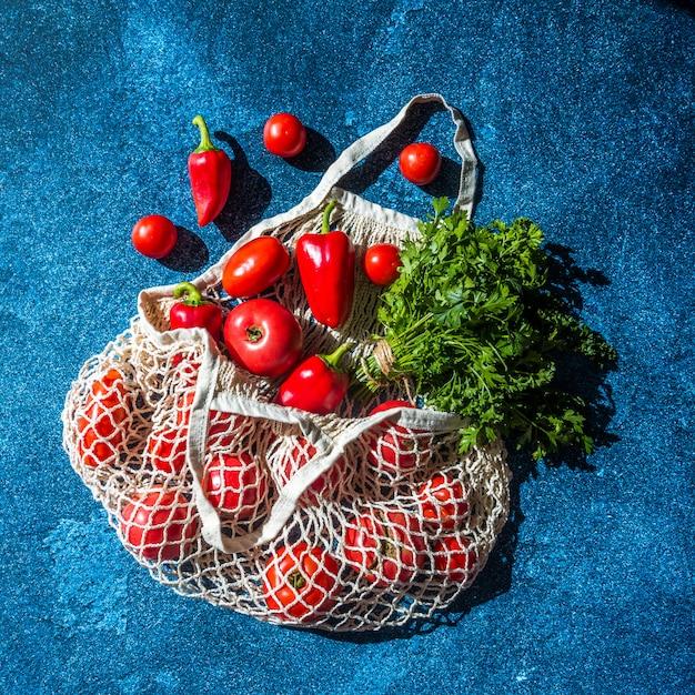 Cadeia de sacolas de compras de lona com alimentos Foto Premium
