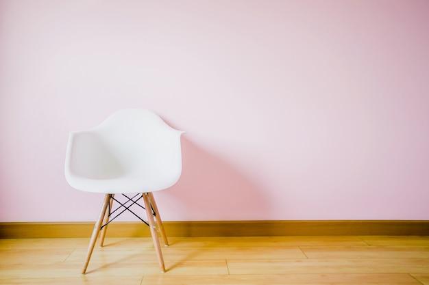 Cadeira branca na sala de estar na parede pastel Foto Premium