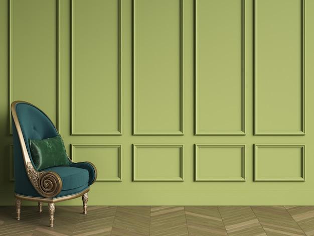 Cadeira clássica em verde esmeralda e cor dourada no interior clássico com espaço de cópia. paredes verdes com molduras Foto Premium