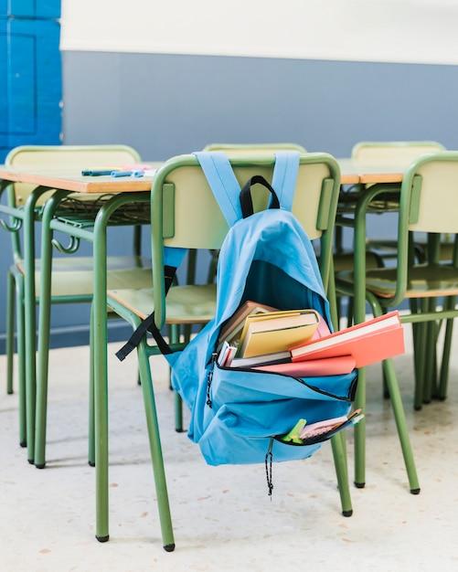 Cadeira com mochila na escola Foto gratuita