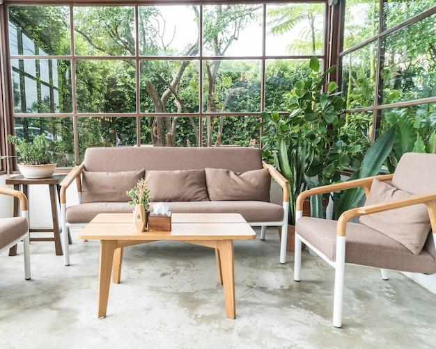 Cadeira de madeira vazia na sala de estar Foto gratuita