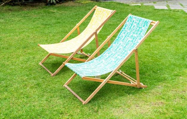 Cadeira de praia no jardim Foto Premium