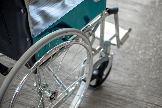 Cadeira de rodas no hospital. Foto Premium