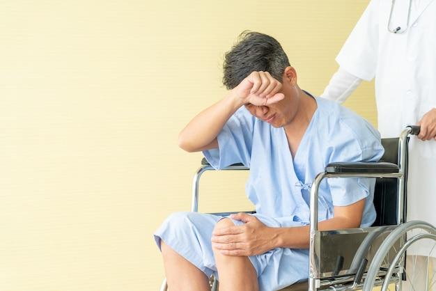 Cadeira de rodas paciente sênior asiática com dor no joelho Foto Premium
