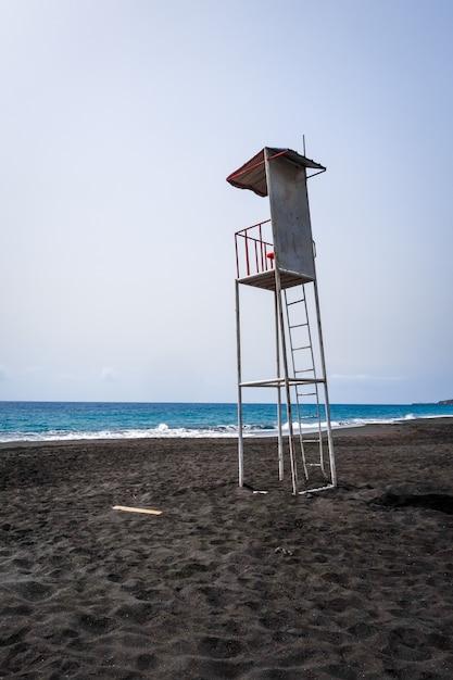 Cadeira de torre de salva-vidas na ilha do fogo, cabo verde, áfrica Foto Premium