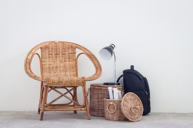 Cadeira de vime e móveis no piso de concreto Foto Premium
