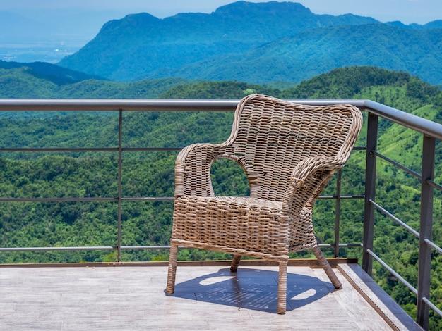 Cadeira de vime no terraço da atmosfera da montanha. Foto Premium