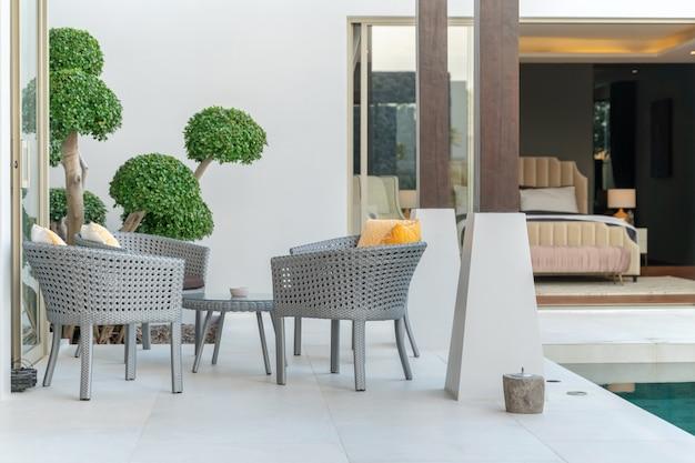 Cadeira e mesa na casa de luxo Foto Premium