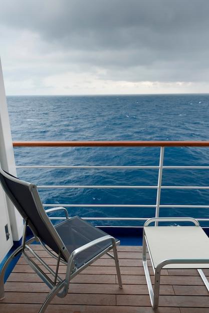 Cadeira e um banquinho no convés do navio de cruzeiro silver shadow, mar da china oriental Foto Premium