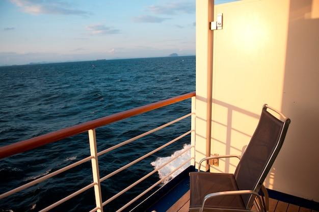 Cadeira no convés do navio de cruzeiro silver shadow, mar da china oriental Foto Premium